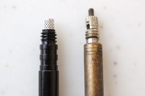 右は普通のタイヤのバルブ。左はTOPEAKのエクステンダー。なぜか,意味不明な溝が彫ってある・・・。