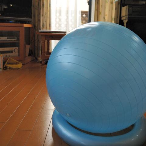 我が家のバランスボールは,台座付き。転がっていかないので便利です(^^)