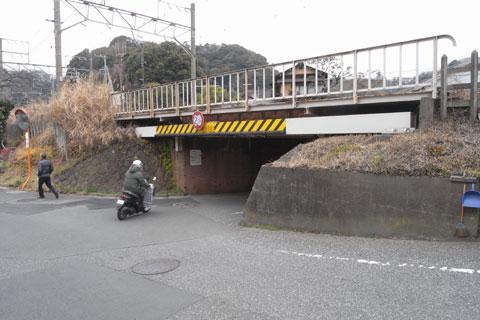 亀ヶ谷坂切通へのアプローチ。前方をオフィシャルのバイクが先導します(うそ)
