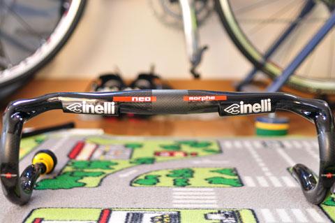 「Cinelli」のロゴの内側にケーブルを通すことができます。