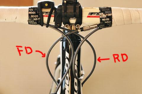 バーテープから出たシフトケーブルは,短い距離で,フレームの反対側に向かって配線されます。