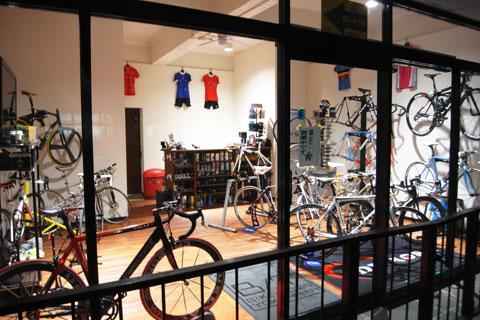 こちらは,通りに面したBike Town本店。DE ROSAやTIMEなど,超かっこいいバイクばかりです。はぁ~,うっとり・・・。