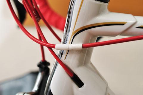 トップチューブはいろんなケーブルが接触してくるので,割と広範囲に貼っています。