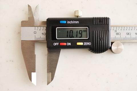 ZEROボタンを押すと数字が0mmになり,そこからの差分を測ることができます。