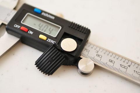 電源はSR44ボタン電池。