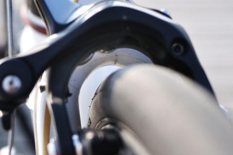 とっても見にくいですが,ブレーキの奥,シートステイのアーチ部分に貼ってあります。