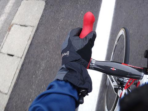 ツマのスキーグローブで下ってみました。雨が降ってなければ,普通の冬用自転車グローブでもいいと思います。