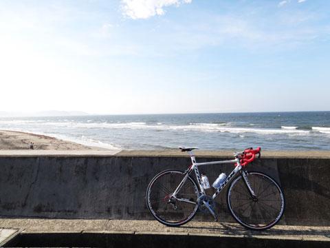 季節に限らず,いつでも水(ボトル)は必要です。 ロケ地:七里ガ浜