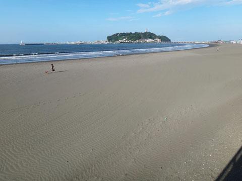 片瀬海岸。みょう~に砂浜がきれいな感じです。