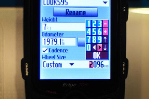 """Settings > Profile&Zones > Bike Profile> Wheel Sizeこの設定をちゃんとしておかないと,大変なことに・・・。"""" width=""""480″ height=""""320″ /></p> <p>Settings > Profile&Zones > Bike Profile> Wheel Size<br />この設定をちゃんとしておかないと,大変なことに・・・。</p> <p>Nikon D90 + Nikkor 35mm F2D</p></div> <p>この誤差により,真の距離よりもわずかに長く,真の速度よりもわずかに速く表示されることになります。</p> <p>1回転あたりたった1cmの誤差なのですが,24kmも走るとバカにできない誤差になります。</p> <p>途中までは,1合目ごとに現れる看板の位置が予想よりも遅いのが少し気になっているくらいでした。</p> <p>しかし,一番がっくりきたのは,最後の上り坂。Edge705はすでに「24km」「ゴールですよ~!」という表示になっていたのですが,どう見てもゴールは数100m先。</p> <p>この時点で,初めて「げ!騙された! 多めに表示していやがる!」と気が付いたのですが,そこからは勾配もきついし,いったん完走したと思いこんでいただけに,モチベーションをあげるのも大変でした。</p> <p>たとえるなら,「<strong>金曜日だと思って深夜まで飲み歩いたら,実は木曜日だった</strong>」ことに気づいたときと同じくらいの衝撃でした。</p> <p>おいらは,この誤った周長設定でデータ取りしてしまったため,本番もこのままでいく予定ですが,大会用に細~い決戦タイヤを使われる方は,タイヤ周長設定をお忘れなく~!</p> <p><h2>サイコンのバッテリー交換をしておきましょう</h2> </p> <p>今回の試走では,ケイデンス・速度・心拍の各値が,何回かデータ欠損を起こしていました。</p> <p>複数の要素のデータが欠損していることから,マグネットの取り付け位置不良ではなさそうです。</p> <div class="""