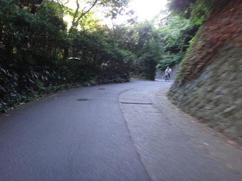 さすが「生活道路」。普通のおじさんが普通の自転車で走っている~