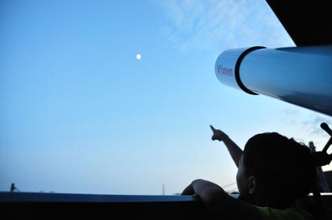 カズボンさんが,「月だ!」と騒ぐ。言われんでも見えますがな(笑)