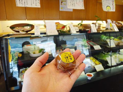 「菜の花」では,いつもお饅頭を1個おまけしてくれます。冷たい麦茶と一緒に食べると,おいしい~(^^)