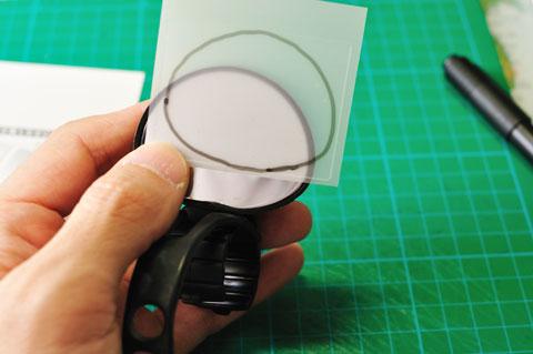②ミラー面にあわせてマジックで切り取り線を描きます。