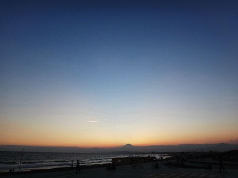 時が止まる片瀬海岸。さぁ,帰るとするか・・・。