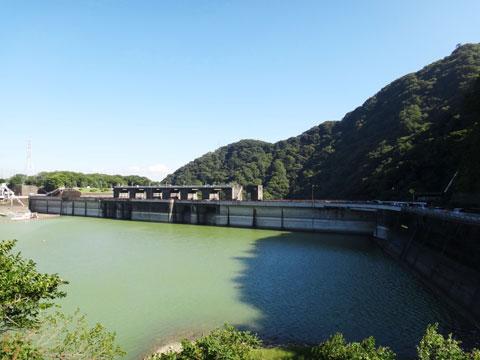 津久井湖と城山ダム。これから,ダムの堤の上を通過します。