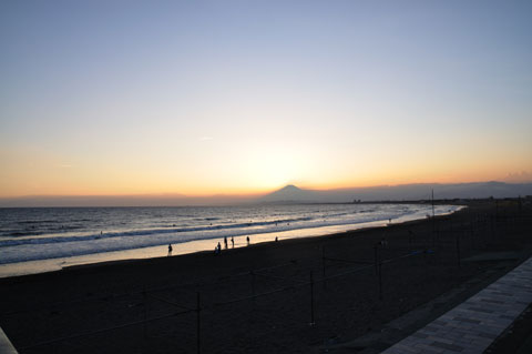 日が落ちた後の片瀬海岸。時間が止まったようです。