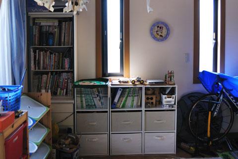 3階の西窓に本棚が並んでいますが・・・