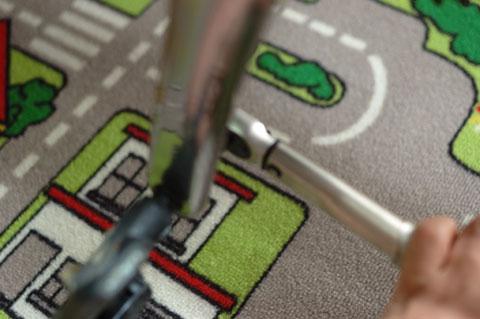 どこにもピントが無い写真(強いて言えば,床?)。ペダルの外し作業中です。