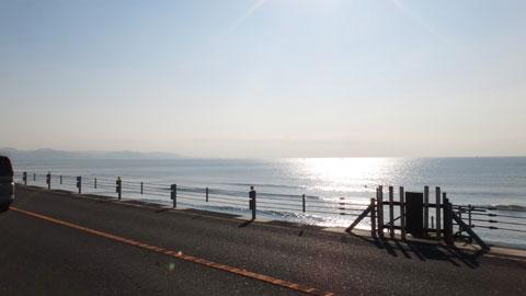 七里ガ浜でパチリ。遠くに見える半島にこれから行くのです(^^)