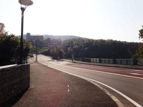 国際村へ続く道の麓。坂を見ると,ムラムラとしてきてしまいます(笑)