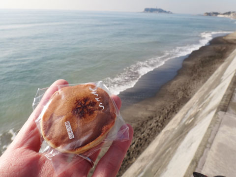 ようやく七里ガ浜で一休み。いつもの「もちどら」をパクリ&パチリ(^^)
