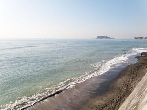 山もいいけど,海辺もいいな(^^) 七里ガ浜から見た江ノ島です。