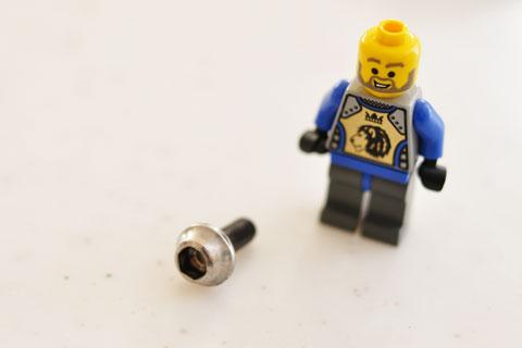 我が家の玄関先で発見された謎のネジを前に,厳しい顔つきのレゴおじさん