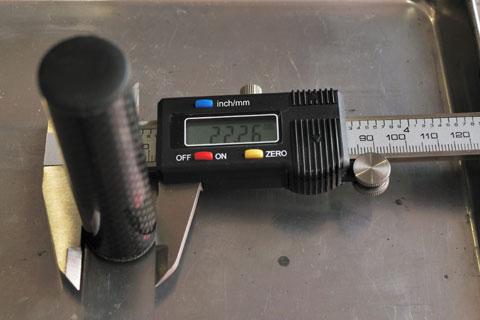 カーボン製のマウント部。直径は22.26mm(実測)