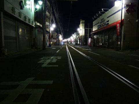 寝静まる腰越の町。江ノ電のレールが冷たそうだ・・・。