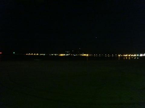 手前に見えるのが,江ノ島でございま~す♪ 寒い&暗い&誰もいない・・・。