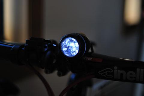 こんな風に光ります。鋭い光,というより面的に発光し,相手に自分の存在を見せ付けられます。