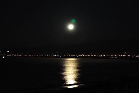 片瀬の海に浮かぶ満月。朝ポタじゃないよ,ナイトランじゃん・・・。