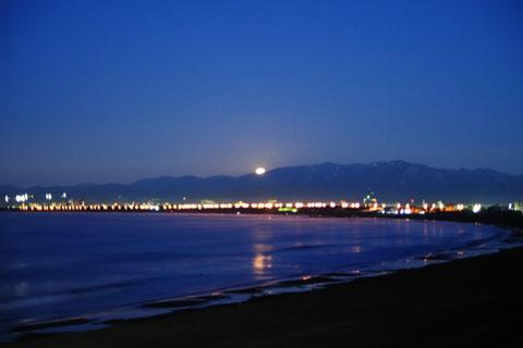 日の出っぽく見えますが,月の入りです。さよ~なら~