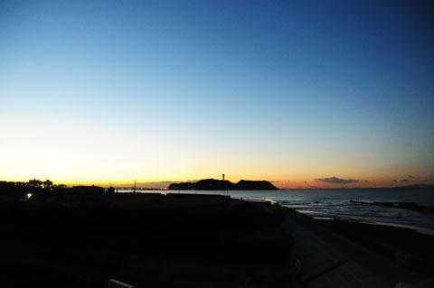 ようやく,少しだけ明るくなってきた江ノ島界隈。でも,体が限界。帰ります~