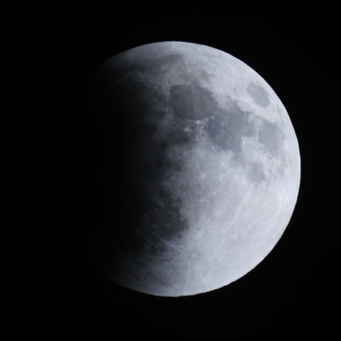 今日は皆既月食。あ~,左から食べられている~。