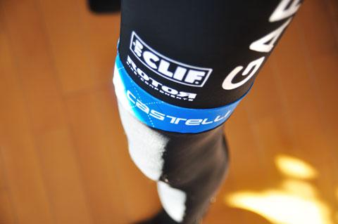 ひざの部分にあしらわれたブルーのラインがかっこいいんだけどなぁ~(^^;)