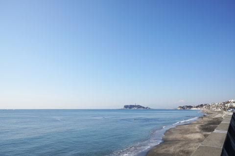 七里ガ浜から。残念ながら富士山は雲に隠れてしまいました。