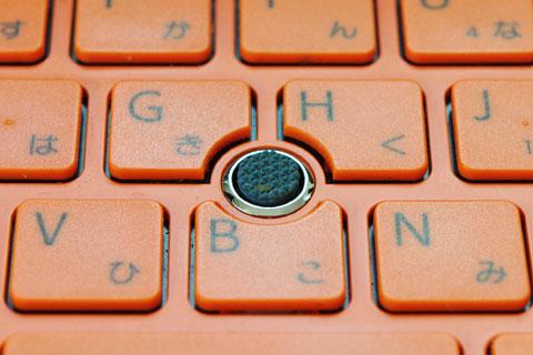 VAIO Pのキーボードの真ん中にはマウス代わりのスティックがあります。
