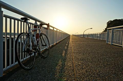 江ノ島の防波堤の上で。