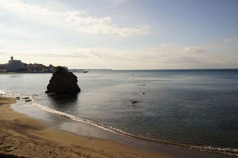 風光明媚な立石海岸。水平線の向こうが,目指す城ヶ島です。