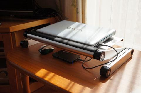 ノートPCの過熱対策にも使えます(天板には放熱用の穴が開いています)