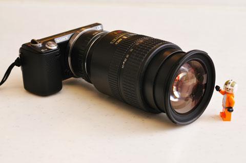 これはやりすぎ(笑) Zoom Nikkor 24-120mmを装着してみましたが,カメラ本体はほとんど「キャップ」みたいなサイズです・・・。