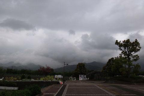 超どんより空。おそらく峠は土砂降りじゃ・・・。