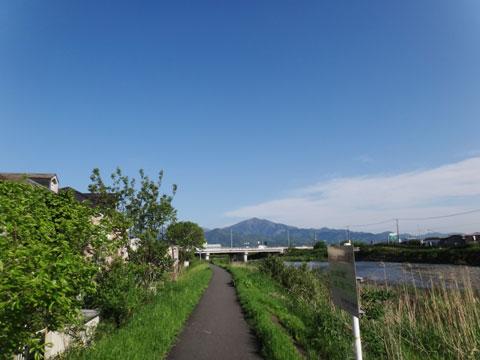 やる気の失せる,のんびり金目川CR。本当に向こうに見える山のてっぺんまで行けるのかな・・・?