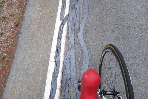 路面がきれいに補修されていました。見た目はきたないけど・・・。