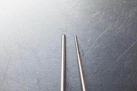 ラスペネのノズル(左)も結構細いけど,精密オイル差し(右)とは比較になりません。