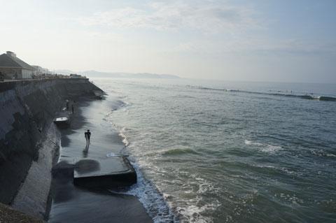 七里ガ浜。この日は波も高く,絶好のサーフィン日よりでした。