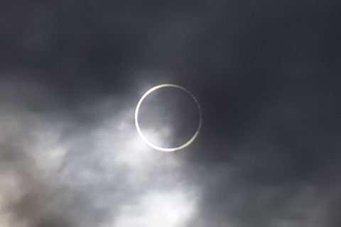 おぉ,完全なリング! すごい~! 日食グラスはなんのために・・・(涙)