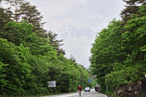 おぉ,ほんのちょっとだけど,富士山が見えてきた!(^^) あそこまで登るのか~